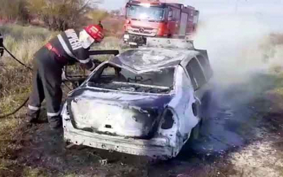 Autoturism incendiat la Poboru (VIDEO)